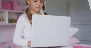 Dziewczyna używa laptop w sypialni przy wygodnym domem 4k zdjęcie wideo