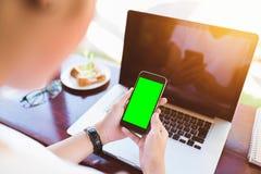 Dziewczyna używa mądrze telefon w kawiarni Obraz Royalty Free