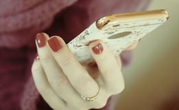 Dziewczyna używa mądrze telefon w kawiarni Ręka trzyma mądrze telefonu bielu ekran mądrze telefonu rocznika brzmienie ręki mienie obrazy royalty free