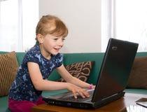 Dziewczyna używa notatnika Fotografia Royalty Free