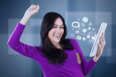 Dziewczyna używa ogólnospołeczną sieci ikonę na pastylce Obrazy Royalty Free