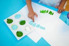 Dziewczyna używa ona malować palce fotografia royalty free