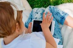 Dziewczyna używa pastylkę obrazy royalty free