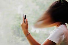 Dziewczyna używa smartphone, smartphone nałóg zdjęcia royalty free