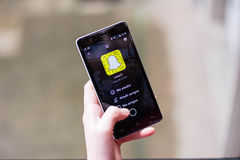 Dziewczyna używa Snapchat zdjęcia stock