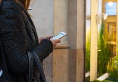 Dziewczyna używa jej smarthphone Zdjęcia Stock