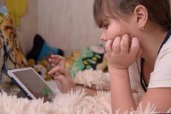 Dziewczyna używa pastylka komputer Obraz Royalty Free