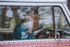 Dziewczyna używa smartphone w furgonetce Obraz Stock