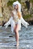 Dziewczyna ubierająca jak syrenka stoi na plaży Zdjęcia Royalty Free