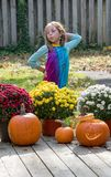 Dziewczyna ubierająca jako hipisa kwiatu dziecko, strajki poza obrazy stock
