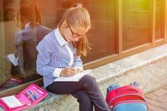 Dziewczyna uczeń 10 rok robi pracie domowej zdjęcia stock
