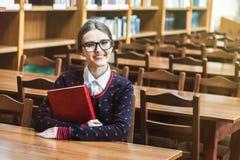 Dziewczyna uczeń w bibliotece obrazy royalty free
