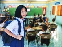 Dziewczyna uczeń w sala lekcyjnej obraz royalty free