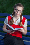 Dziewczyna uczeń w parku Zdjęcia Royalty Free
