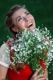 Dziewczyna uczeń w parku z kwiatami Zdjęcia Royalty Free