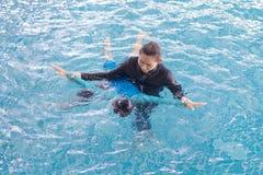 Dziewczyna uczenie pływać z trenerem Zdjęcia Royalty Free