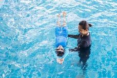 Dziewczyna uczenie pływać z trenerem Obraz Royalty Free