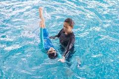 Dziewczyna uczenie pływać z trenerem Fotografia Royalty Free