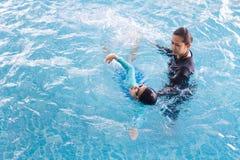 Dziewczyna uczenie pływać z trenerem Obraz Stock