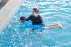 Dziewczyna uczenie pływać z trenerem Fotografia Stock