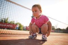 Dziewczyna uczenie wiązać shoelaces Obraz Royalty Free