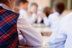 Dziewczyna ucznia obsiadania plecy w sala lekcyjnej zdjęcie stock