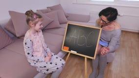 Dziewczyna uczy się abecadło zdjęcie wideo