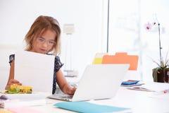 Dziewczyna Udaje Być bizneswomanem Pracuje Przy biurkiem Zdjęcie Royalty Free