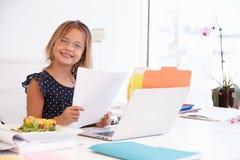 Dziewczyna Udaje Być bizneswomanem Pracuje Przy biurkiem Zdjęcie Stock