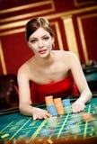 Dziewczyna umieszcza zakład przy kasynem zdjęcia royalty free