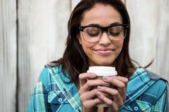 Dziewczyna wącha jej kawę Obrazy Stock