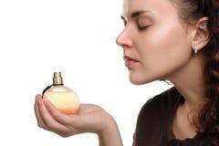 Dziewczyna wącha pachnidła fotografia stock