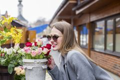 Dziewczyna wącha róże na rynku obrazy royalty free