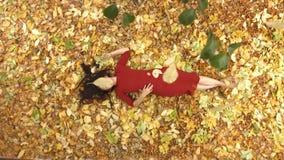 Dziewczyna wśród żółtych liści zdjęcie wideo