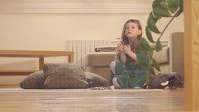 Dziewczyna w ładnym zieleni sukni łasowania cukierki zbiory