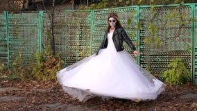 Dziewczyna w ślubnej sukni z okropnym makijażu przędzalnictwem w jesieni halloween zdjęcie wideo