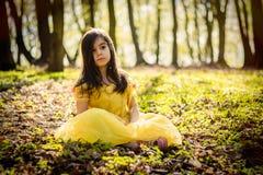Dziewczyna w żółtej princess sukni Obraz Stock
