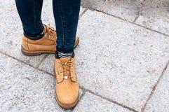 Dziewczyna w żółtych butach Zdjęcia Stock
