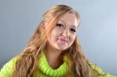 Dziewczyna w żółtym bydle Zdjęcie Royalty Free