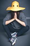 Dziewczyna w żółtym kapeluszu Obrazy Stock