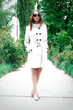 Dziewczyna w żakiecie lub kobieta stoimy na quay wśród drzew Zdjęcie Royalty Free