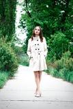 Dziewczyna w żakiecie lub kobieta stoimy na quay wśród drzew Zdjęcia Royalty Free