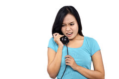 Dziewczyna W Błękitnego Koszulowego spojrzenia Gniewny Opowiadać Na telefonie obraz stock