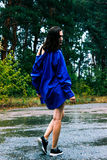 Dziewczyna w błękitnej koszula w deszczu obrazy royalty free