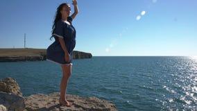 Dziewczyna w błękitnej smokingowej pozyci morzem zbiory wideo