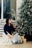 Dziewczyna w błękitnej sukni w nowego roku wystroju blisko dekorującej choinki Zdjęcie Royalty Free