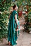 Dziewczyna w błękitnym Indiańskim kostiumu Fotografia Royalty Free