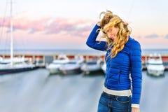 Dziewczyna w Barcelona porcie przy zmierzchem Rocznika miasta portret młoda elegancka blondynki kobieta ma zabawę, Obraz Royalty Free