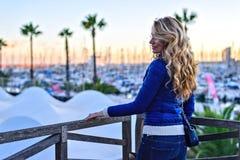 Dziewczyna w Barcelona porcie przy zmierzchem Rocznika miasta portret młoda elegancka blondynki kobieta ma zabawę, podróżuje samo Obrazy Stock
