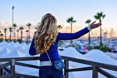 Dziewczyna w Barcelona porcie przy zmierzchem Rocznika miasta portret młoda elegancka blondynki kobieta ma zabawę, podróżuje samo Zdjęcia Stock